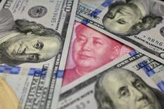 En esta imagen, billetes de 100 dólares de los Estados Unidos y un billete de 100 yuanes de China. 21 de enero 2016. El regulador cambiario de China informó el jueves de nuevas normas para contener las salidas de capitales del país y alentar el ingreso de moneda extranjera, en medio de sus esfuerzos por disminuir la presión sobre el yuan. REUTERS/Jason Lee/Illustration/File Photo