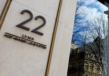 LVMH a publié jeudi des résultats annuels en hausse malgré un contexte troublé pour le secteur du luxe et a fait nettement mieux qu'attendu au quatrième trimestre dans un environnement  devenu plus porteur pour le secteur. Sa croissance annuelle à taux de change constants a atteint 6%, comme en 2015, dépassant les 5,0% prévus. /Photo d'archives/REUTERS/Jacky Naegelen