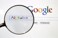 Alphabet Inc registró el jueves beneficios menores a lo proyectado por analistas, lo que hizo que sus acciones cayeran un 2,7 por ciento en las operaciones posteriores al cierre y aumentó las preocupaciones respecto a que la fortaleza del negocio de los anuncios podría estar cediendo. En la imagen, una página del buscador Google a través de una lupa en Berlín, el 11 de agosto de 2015.  REUTERS/Pawel Kopczynski/File Photo