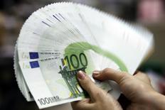 Le crédit bancaire aux entreprises non financières de la zone euro a augmenté en décembre à son rythme le plus soutenu depuis quatre ans et demi, tandis que la croissance de la masse monétaire a été plus forte que prévu. /Photo d'archives/REUTERS/Pichi Chuang