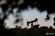 Станок-качалка в Сиско, Техас 23 августа 2015 года. Цены нанефтьусилили снижение в ходе утренних торгов в понедельник из-за роста добычи в США. REUTERS/Mike Stone