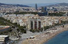 El Ayuntamiento de Barcelona ha presentado el lunes un plan estratégico que plantea una serie de medidas fiscales para regular el fuerte aumento de la llegada de turistas a la capital catalana. En la imagen, las playas de Sant Sebastia y Sant Miquel en la Barceloneta, en Barcelona, España, el 16 de agosto de 2015. REUTERS/Albert Gea