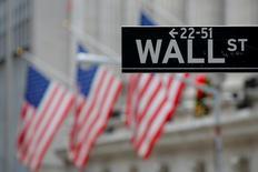 Una señal indica la calle Wall Street fuera de la Bolsa de Nueva York en Estados Unidos. Los principales índices de la bolsa de Nueva York sufrieron el lunes su mayor caída en lo que va del 2017, tras una limitación a la inmigración ordenada por Donald Trump que recordó a los inversores que algunas de las políticas del presidente de Estados Unidos no son favorables al mercado. 28 de diciembre de 2016.. REUTERS/Andrew Kelly