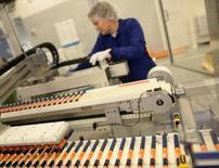 Tres de los mayores fabricantes de tratamientos para la diabetes -Sanofi SA, Novo Nordisk y Eli Lilly & Co- fueron mencionados en una demanda de un grupo de pacientes en la que acusan que se fijaron precios, una acción que quieren tenga alcance colectivo. En la imagen, una empleada de Novo Nordisk controla una máquina en una línea de producción de insulina en  su planta de Kalundborg, Dinamarca, el 4 de noviembre  2013. REUTERS/Fabian Bimmer/File Photo