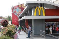 Люди в ресторане McDonald's в Москве 17 августа 2016 года. McDonald's планирует открыть в России не менее 50 ресторанов в 2017 году против 73 годом ранее, рассказал журналистам в понедельник президент компании в России Хамзат Хазбулатов. REUTERS/Sergei Karpukhin