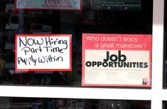 La foto de archivo muestra carteles de búsqueda de empleados en una tienda de Sally Beauty en Westminster, Colorado, EEUU, December 6, 2016. Los costos laborales en Estados Unidos subieron menos de lo previsto en el cuarto trimestre de 2016 por un alza moderada de los salarios, mostró el martes un informe del Gobierno. REUTERS/Rick Wilking