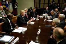 Donald Trump a reçu mardi les patrons de plusieurs grands groupes pharmaceutiques et leur a demandé de produire davantage de médicaments sur le territoire américain tout en baissant leurs prix. /Photo prise le 31 janvier 2017/REUTERS/Yuri Gripas