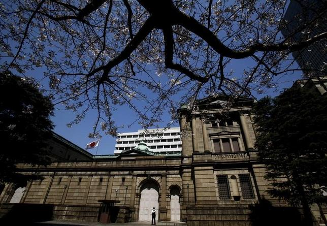 2月1日、元日銀理事でみずほ総合研究所・エグゼクティブエコノミストの門間一夫氏は、米国のトランプ大統領が日本の為替政策を批判したことに関し、同大統領発言によって日銀の金融政策が縛られることはない、との見解を示した。写真は日銀。都内で昨年3月撮影(2017年 ロイター/Yuya Shin)