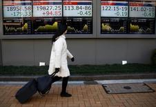 La Bourse de Tokyo a terminé en hausse mercredi. L'indice Nikkei a gagné 0,56% à 19.148,08 points. /Photo prise le 23 janvier 2017/REUTERS/Kim Kyung-Hoon
