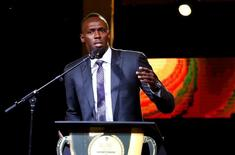 El gran corredor Usain Bolt se niega a centrarse en su decepción tras perder su medalla de oro de los Juegos Olímpicos de Pekín en la carrera de relevos 4x100 metros después de que su compañero de equipo Nesta Carter diese positivo por un estimulante prohibido. En la imagen, el atleta jamaicano recibiendo un premio en Kingston, Jamaica, el 13 de enero de 2017. REUTERS/Gilbert Bellamy