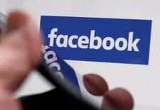 Facebook a annoncé mercredi une croissance de 50,8% de son chiffre d'affaires au quatrième trimestre, tirée par sa stratégie offensive de développement dans le mobile et la vidéo. /Photo prise le 1er février 2017/REUTERS/Régis Duvignau