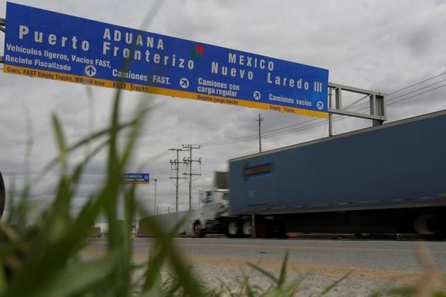 2月1日、メキシコ政府は、北米自由貿易協定(NAFTA)の見直しについて、民間セクターとの90日間の協議期間を経た後の5月初めごろに正式な交渉に着手する見通しだと発表した。米との国境で1月撮影(2017年 ロイター/Daniel Becerril)