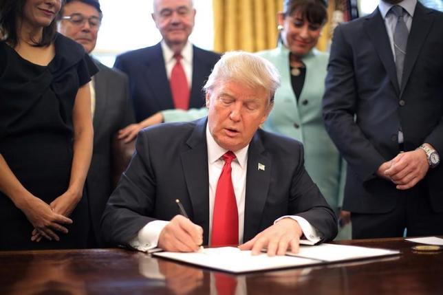 1月31日、官僚主義的な規制に対するトランプ大統領(写真)の攻撃は、それを一掃するというよりPRに近い。ワシントンで30日撮影(2017年 ロイター/Carlos Barria)