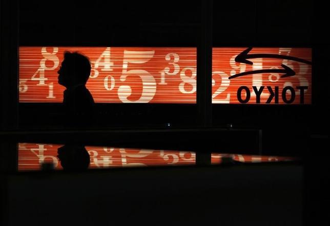2月2日、東京株式市場で日経平均は大幅反落となった。1ドル112円台半ばまで円高方向に振れた為替が重荷となり、先物主導で売られ下げ幅を拡大。1月24日以来、7営業日ぶりの安値水準で取引を終了した。東京証券取引所で2012年6月撮影(2017年 ロイター/Yuriko Nakao)