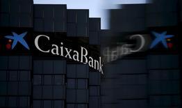 Caixabank logró subir su beneficio un 28,6 por ciento en 2016, un ejercicio marcado por el aumento de las provisiones relacionadas con el sobrecoste aplicado en las hipotecas comercializadas en su red, el bajo coste de los préstamos y la elevada volatilidad en los mercados. En esta imagen de archivo, el logo de CaixaBank en su sede de Barcelona el 18 de abril de 2016. REUTERS/Albert Gea/File Photo