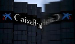 La banque espagnole Caixabank a fait état jeudi d'une hausse de 29% de son bénéfice net sur l'exercice 2016 à la faveur d'un recul des provisions et d'une stabilisation de son revenu net d'intérêt, dont elle prévoit qu'il pourrait légèrement progresser cette année. /Photo d'archives/REUTERS/Albert Gea