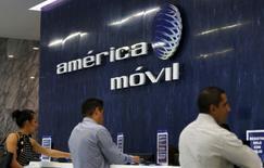 El gigante mexicano de telecomunicaciones América Móvil, del magnate Carlos Slim, reportó el jueves su mayor pérdida trimestral en 15 años, debido a mayores gastos que lastraron  sus resultados del período de octubre a diciembre de 2016. El logo de América Móvil en la recepción de la sede central del grupo en Ciudad de México el 12 de agosto de 2015.  REUTERS/Henry Romero