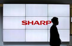 Sharp a relevé vendredi sa prévision de bénéfice annuel à la faveur de son premier bénéfice net trimestriel depuis plus de deux ans, le constructeur d'écrans à cristaux liquides (LCD) récoltant les fruits de la réduction de ses coûts après sa prise de contrôle par le taïwanais Foxconn. /Photo prise le 3 octobre 2016/REUTERS/Toru Hanai