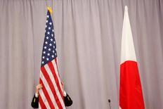 Funcionário coloca bandeira dos EUA ao lado de bandeira japonesa em Nova York.    17/11/2016    REUTERS/Andrew Kelly