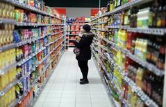 Les ventes au détail dans la zone euro ont subi en décembre un recul inattendu de 0,3%, a annoncé vendredi Eurostat. Les économistes interrogés par Reuters prévoyaient en moyenne une hausse de 0,3%. /Photo prise le 16 janvier 2017/REUTERS/Eric Gaillard