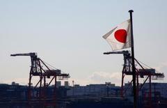 La bandera nacional de Japón en un puerto industrial en Tokio, Japón. 25 de enero 2017.Japón está preparando un paquete que afirma que podría generar 700.000 empleos en Estados Unidos y ayudaría a crear un mercado de 450.000 millones de dólares para presentarlo al presidente Donald Trump la próxima semana, dijeron fuentes gubernamentales familiarizadas con los planes.  REUTERS/Kim Kyung-Hoon