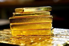 Imagen de archivo de lingotes de oro en la planta Oegussa de Viena, Austria. 18 marzo 2016.El precio del oro retrocedía el viernes desde el máximo de 11 semanas que alcanzó en la sesión anterior, antes de la divulgación más tarde del esperado dato laboral de Estados Unidos en enero. REUTERS/Leonhard Foeger