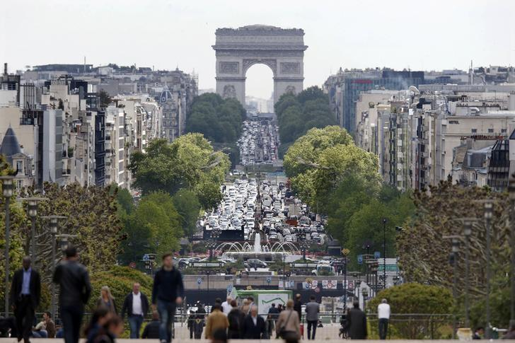 General view of the Esplanade de La Defense financial district and the Arc de Triomphe in Courbevoie, France, near Paris, one of the Olympics 2024 bid cities, May 7, 2015.    REUTERS/Charles Platiau/File Photo