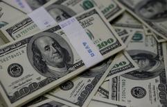 Notas de dólar em fotografia ilustrativa.      02/08/2013      REUTERS/Kim Hong-Ji/Illustration