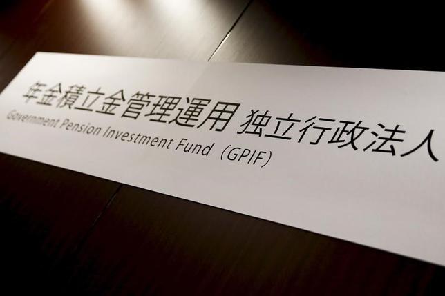 2月7日、安倍晋三首相は7日の衆院予算委で、年金積立金管理運用独立行政法人(GPIF)の資金を米国のインフラ投資に活用するとの報道に関し、「私はGPIFにそもそも指図できない」との見解を繰り返した。写真のGPIFのサインは、都内で行われた記者会見で昨年4月撮影(2017年 ロイター/Thomas Peter)