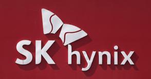 En la imagen el logo de  SK Hynix en una plana en Incheon, Corea del Sur.13 de mayo 2013.La surcoreana SK Hynix Inc entró en la carrera por una participación en el negocio de memorias de Toshiba Corp, buscando explotar una oportunidad para obtener una ventaja frente a sus rivales en el floreciente mercado NAND, dijo el martes una persona con conocimiento del tema. REUTERS/Lee Jae-Won