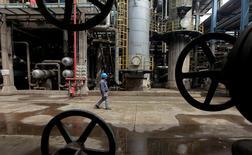Un trabajador camina por tuberías de petroleo en Wuhan, provincia de Hubei, China. 23 de marzo 2012.La demanda de petróleo china creció en 2016 a su ritmo más lento en al menos tres años, según cálculos de Reuters basados en datos oficiales, en el más reciente indicio de un menor uso del crudo y sus derivados en el mayor consumidor mundial de energía.REUTERS/Stringer/File Photo - RTSLRAT
