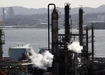 НПЗ JX Nippon Oil & Energy Corp в Иокогаме. Цены на нефть существенно снизились на торгах во вторник на фоне роста добычи в США и ослабления спроса на сырьё.  REUTERS/Kim Kyung-Hoon