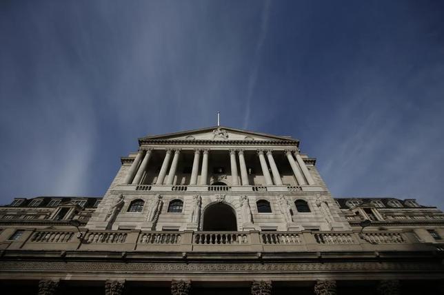2月8日、英中銀のフォーブス金融政策委員が、英経済が引き続き堅調でインフレ加速が継続すれば早期に利上げに踏み切るべきとの認識を示したことが分かった。写真は2016年11月、ロンドンの英中銀(2017年 ロイター/Peter Nicholls)