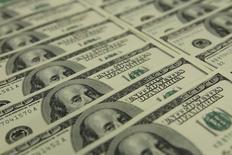En la imagen billetes de 100 dólares en el banco OTP en Budapest. 23 de noviembre 2011. El dólar tocó el martes un máximo de una semana, impulsado por compras técnicas y por la incertidumbre antes de una serie de elecciones en Europa este año.  REUTERS/Laszlo Balogh