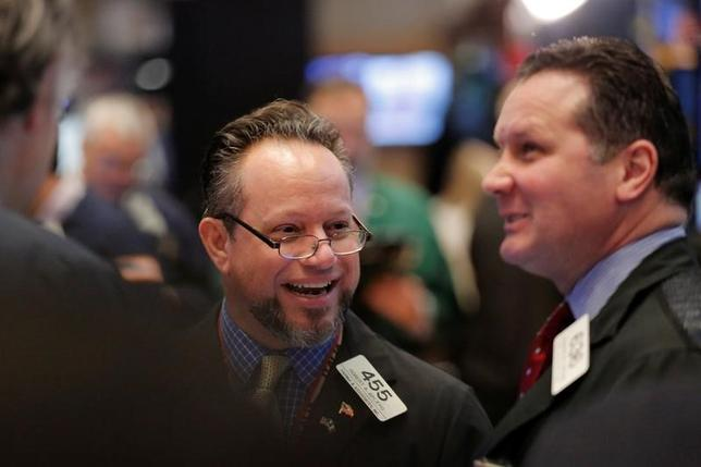 2月7日、米国株式市場は主要株価指数が小幅高で取引を終えた。写真はNY証券取引所のトレーダー、6日撮影(2017年 ロイター/Lucas Jackson)