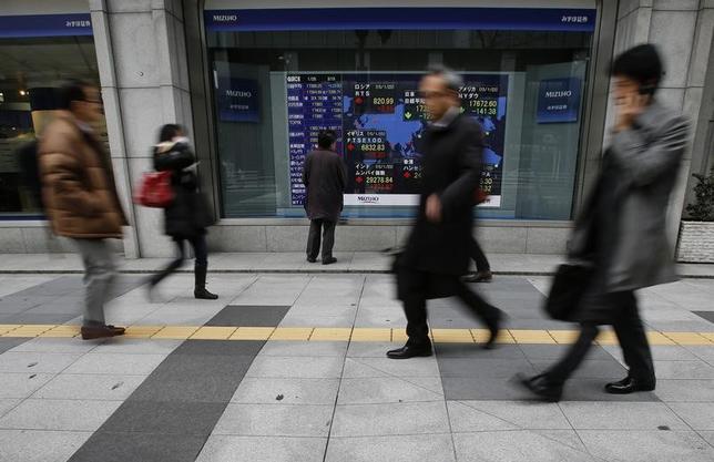 2月8日、前場の東京株式市場で、日経平均株価は前日比35円21銭安の1万8875円57銭と続落した。写真は都内で2015年1月撮影(2017年 ロイター/Yuya Shino)