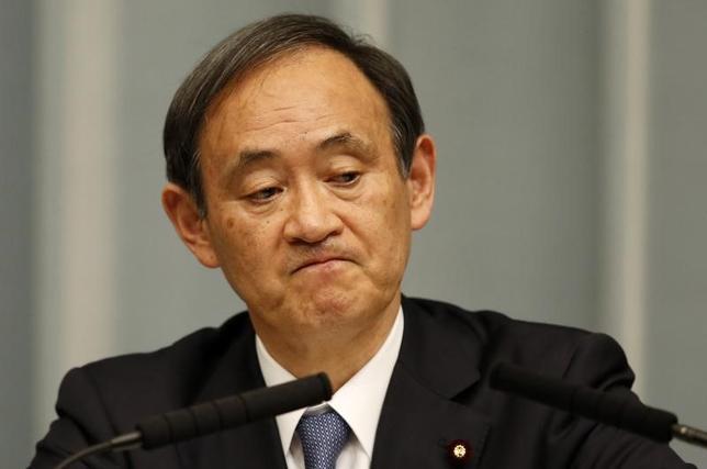 2月8日、菅義偉官房長官は午後の会見で、10日に行われる日米首脳会談に世耕弘成経産相が同行しないことになったことを明らかにし、その理由について「(経産相の)カウンターパートであるロス商務長官の議会での承認が間に合わない可能性が高い」と説明した。写真は都内で2015年2月撮影(2017年 ロイター/Toru Hanai)