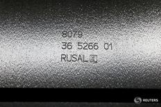 Алюминиевая чушка в цехе завода Русала в Красноярске 27 июля 2016 года. Алюминиевый гигант Русал сообщил о регистрации на Шанхайской фондовой бирже проспекта эмиссии панда-бондов  –  облигаций в юанях на китайском рынке и планирует разместить первый транш в ближайшее время, что может стать первым примером выпуска таких бумаг компанией из России. REUTERS/Ilya Naymushin/File Photo
