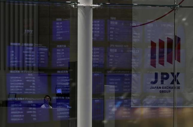 2月9日、寄り付きの東京株式市場で、日経平均株価は前営業日比65円56銭安の1万8942円04銭となり、反落して始まった。2015年8月撮影(2017年 ロイター/Yuya Shino)