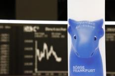 Les principales Bourses européennes ont ouvert en hausse, soutenues notamment par les secteurs de l'énergie et des banques. À Paris, l'indice CAC 40 avance de 0,43 % à 4.787,14 points vers 8h20 GMT. À Francfort, le Dax s'adjuge 0,51% et à Londres, le FTSE gagne 0,19%. /Photo d'archives/REUTERS/Kai Pfaffenbach
