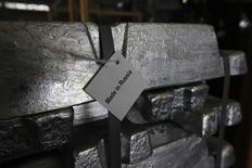 Алюминиевые чушки на заводе Русала в Саяногорске. 21 августа 2013 года. Алюминиевый гигант Русал рассматривает возможность разместить акции на Лондонской фондовой бирже, сообщили Рейтер в четверг два знакомых с планами компании источника. REUTERS/Ilya Naymushin