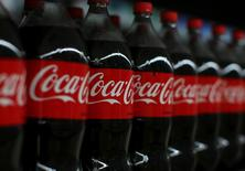 Envases de Coca-cola  se muestran en el centro comercial de Walmart en Compton, California,Estados Unidos.10 de enero 2017. Coca-Cola Co reportó una caída de 6 por ciento en sus ingresos trimestrales, el séptimo declive consecutivo, perjudicada por los altos niveles de inflación en algunos países de América Latina y por una fortaleza del dólar que redujo el valor de las ventas fuera de Estados Unidos. REUTERS/Mike Blake