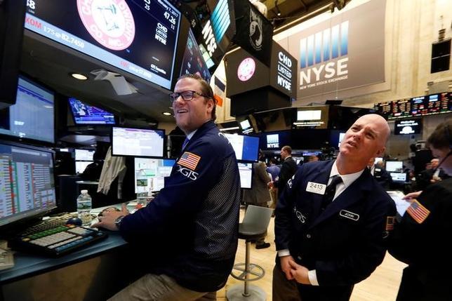2月9日、米国株式市場は上昇し、主要指数がそろって過去最高値を更新して引けた。写真はNY証券取引所のトレーダー、7日撮影(2017年 ロイター/Brendan McDermid)