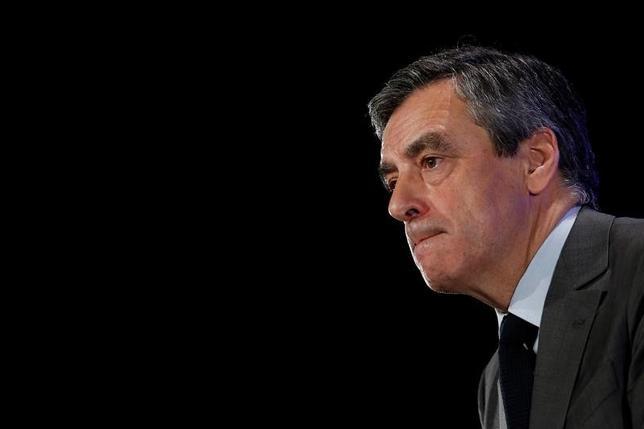 2月9日、フランス大統領選の候補、共和党(中道右派)のフィヨン元首相(写真)の弁護士は、フィヨン氏の家族への不正給与疑惑を捜査している金融検察当局(PNF)に対して、捜査を停止するよう要請したことを明らかにした。写真はフランスのシャッスヌイユ・デュ・ポワトで撮影(2017年 ロイター/Stephane Mahe)