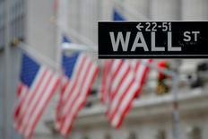 Una señal de Wall Street fuera de la bolsa de Nueva York, Estados Unidos. 28 de diciembre 2016. Las acciones tocaron máximos históricos el viernes en la bolsa de Nueva York poco después de la apertura de la jornada, el día siguiente a que el presidente de Estados Unidos, Donald Trump, dijo que anunciará un importante plan de reformas impositivas en las próximas semanas.REUTERS/Andrew Kelly