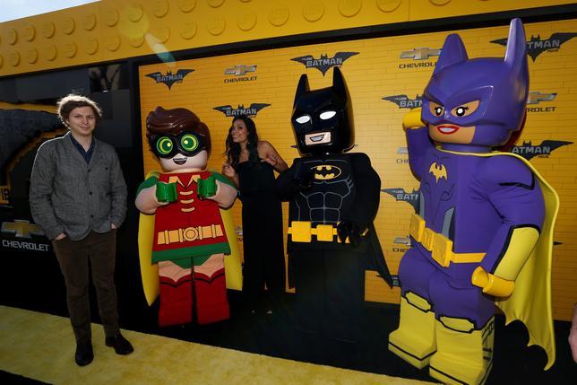 2月12日、バラエティ・ドット・コムによると、週末の北米映画興行収入ランキングは、レゴブロックを題材にしたアニメ「レゴバットマン ザ・ムービー」(日本公開4月1日)が5560万ドル(約63.4億円)を稼ぎトップだった。写真は4日ロサンゼルスで撮影のプレミア上映会のようす(2017年 ロイター/Mario Anzuoni)
