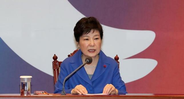 2月13日、韓国特別検察は、朴槿恵大統領(写真)の親友、崔順実被告をめぐる疑惑で、サムスングループの事実上のトップである李在鎔氏を除くグループ幹部4人にも逮捕状を請求するかどうかを検討すると明らかにした。ソウルで昨年12月撮影(2017年 ロイター)