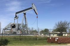 Una unidad de bombeo de crudo operando en Velma, EEUU, abr 7, 2016. Los inventarios comerciales de petróleo de Estados Unidos habrían subido por sexta semana seguida, mientras que los de productos refinados habrían caído, según un sondeo preliminar de Reuters publicado el lunes.   REUTERS/Luc Cohen