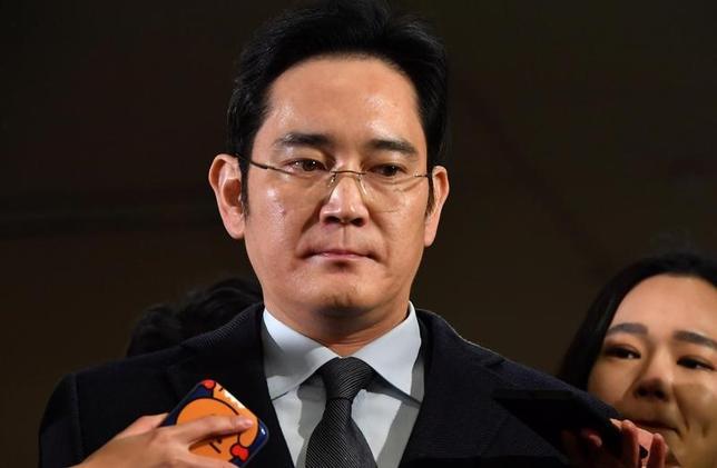 2月14日、韓国の特別検察当局は、サムスングループの事実上トップである李在鎔氏(写真)に対する逮捕状の請求可否について、15日までに決定することを明らかにした。ソウルで13日代表撮影(2017年 ロイター)