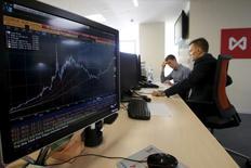 Трейдеры на Московско фондовой бирже. Российские фондовые индексы во вторник держатся в минусе, низколиквидные акции Мечела, начавшие снижение накануне еще до публикации производственных результатов, выглядят слабее рынка. REUTERS/Sergei Karpukhin